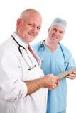 Gruppo di medici amichevole con il grafico fotografie stock libere da diritti