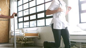 Gruppo di medici che è in corsa per un'emergenza archivi video