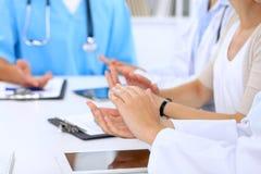 Gruppo di medici che applaudono alla riunione medica Chiuda su delle mani del medico Immagine Stock