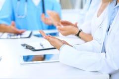 Gruppo di medici che applaudono alla riunione medica Chiuda su delle mani del medico Lavoro di squadra nella medicina Fotografie Stock