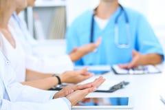 Gruppo di medici che applaudono alla riunione medica Chiuda su delle mani del medico Lavoro di squadra nella medicina Fotografie Stock Libere da Diritti