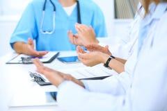 Gruppo di medici che applaudono alla riunione medica Chiuda su delle mani del medico Lavoro di squadra nella medicina Immagine Stock