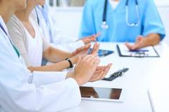 Gruppo di medici che applaudono alla riunione medica Chiuda su delle mani del medico Lavoro di squadra nella medicina Immagine Stock Libera da Diritti