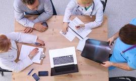 Gruppo di medici che discute le opzioni di trattamento con Immagine Stock