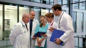 Gruppo di medici che discutono sopra la perizia medica stock footage