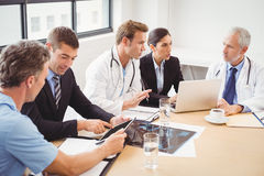 Gruppo di medici che ha una riunione nell'auditorium Immagine Stock Libera da Diritti