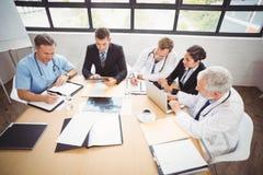Gruppo di medici che ha una riunione nell'auditorium immagini stock