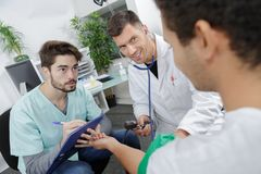 Gruppo di medici che interagisce all'ospedale immagini stock libere da diritti