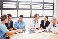 Gruppo di medici che interagisce a vicenda fotografie stock libere da diritti