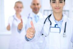 Gruppo di medici che mostrano OKAY o di segno di approvazione con il pollice su Servizio medico di qualità ed ad alto livello, mi Fotografie Stock