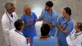 Gruppo di medici che parlano insieme archivi video