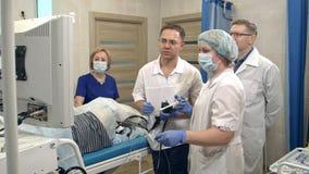 Gruppo di medici che prepara per l'ambulatorio endoscopico immagini stock