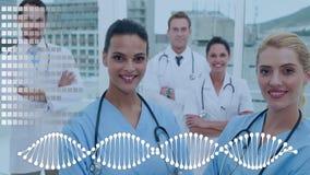 Gruppo di medici circondati tramite un'animazione dell'elica e dell'impianto a scacchiera del DNA stock footage