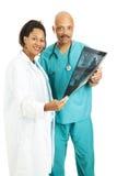 Gruppo di medici con l'esplorazione di CT immagini stock