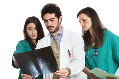 Gruppo di medici con medico barbuto ed i chirurghi femminili con i raggi x di controllo dello stetoscopio Personale di medici cau Immagine Stock