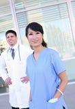 Gruppo di medici della donna e dell'uomo Immagini Stock Libere da Diritti