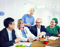 Gruppo di medici di famiglia che hanno una riunione Immagine Stock Libera da Diritti