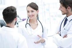 Gruppo di medici differenti che hanno conversazione fotografia stock libera da diritti