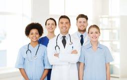 Gruppo di medici felici all'ospedale Immagini Stock Libere da Diritti