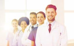 Gruppo di medici felici all'ospedale Fotografie Stock Libere da Diritti