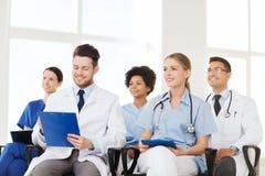 Gruppo di medici felici sul seminario all'ospedale Immagine Stock Libera da Diritti