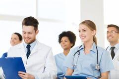 Gruppo di medici felici sul seminario all'ospedale Fotografie Stock Libere da Diritti