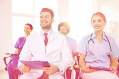 Gruppo di medici felici sul seminario all'ospedale Immagine Stock