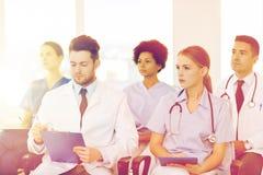 Gruppo di medici felici sul seminario all'ospedale Fotografia Stock