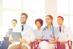 Gruppo di medici felici sul seminario all'ospedale Immagini Stock Libere da Diritti