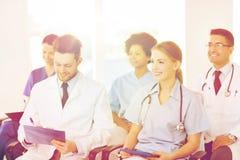 Gruppo di medici felici sul seminario all'ospedale Immagini Stock