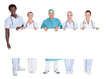 Gruppo di medici multirazziali che tengono cartello Fotografie Stock Libere da Diritti