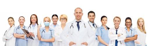 Gruppo di medici sorridenti con la lavagna per appunti Fotografia Stock
