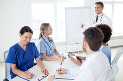 Gruppo di medici sulla presentazione all'ospedale Fotografie Stock