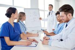 Gruppo di medici sulla presentazione all'ospedale Fotografie Stock Libere da Diritti
