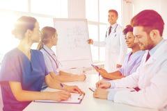 Gruppo di medici sulla presentazione all'ospedale Immagini Stock Libere da Diritti