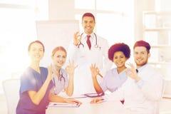 Gruppo di medici sulla presentazione all'ospedale Fotografia Stock