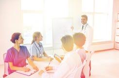 Gruppo di medici sulla presentazione all'ospedale Immagine Stock