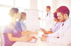 Gruppo di medici sulla presentazione all'ospedale Immagine Stock Libera da Diritti