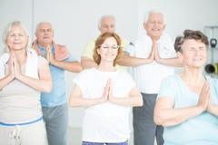 Gruppo di meditare senior della gente immagini stock libere da diritti
