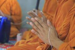 Gruppo di monaci mentre hanno un le palme delle mani nel saluto Fotografie Stock Libere da Diritti
