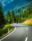 Gruppo di motociclisti in montagne alpine Fotografia Stock