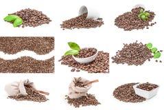 Gruppo di mucchio dei chicchi di caffè arrostiti su un percorso di ritaglio bianco del fondo Immagine Stock Libera da Diritti