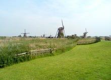 Gruppo di mulini a vento olandesi autentici in Kinderdijk, sito del patrimonio mondiale dell'Unesco Fotografia Stock Libera da Diritti
