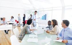 Gruppo di multi gente corporativa etnica che ha una riunione d'affari