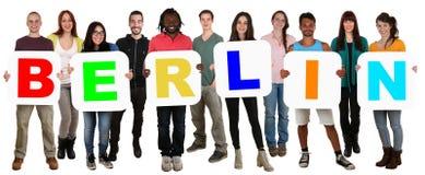 Gruppo di multi giovani etnici che tengono parola Berlino immagini stock