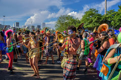 Gruppo di musicisti del costume che giocano i tromboni durante il Bloco Orquestra Voadora nel parco di Flamengo, Carnaval 2017 fotografia stock libera da diritti