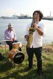 Gruppo di musicisti della via nei precedenti del golfo di Finlandia nel porto civile di Kronštadt Fotografia Stock