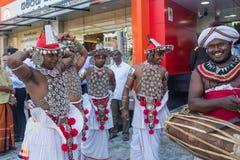 Gruppo di musicisti nei vestiti dello Sri Lanka nazionali durante la festa Fotografia Stock Libera da Diritti