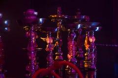 Gruppo di narghilé in una discoteca di fumo Fotografia Stock
