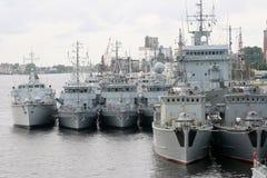 Gruppo di navi dei militari nel porto marittimo di Riga Immagini Stock